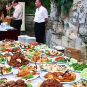 În vacanță la all-inclusive: Sfaturile nutriționistului pentru a nu pune kilograme în plus