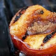 Te-ai gândit vreodată să pui fructe pe grătarul încins? Iată o rețetă care va schimba modul în care ai folosit până acum grill-ul