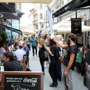 Un grup de vegani a afișat mesaje șocante printre mesele la care oamenii serveau prânzul, în Centrul Vechi din București