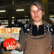 """Roșiile românești """"prunișoare"""" și """"inimă de bou"""", soiuri crescute cu grijă de tanti Florica, ne amintesc de copilărie și completează gustul toamnei"""