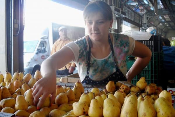 Adina Moldoveanu aduce perele în Obor, din Văleni, Dâmbovița