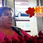 """Legume țărănești pentru """"boierii"""" de la București! Ridichile oltenești aduse de tanti Floarea în piața Obor au coaja lucioasă și sunt roșii precum focul, semnele prospețimii"""
