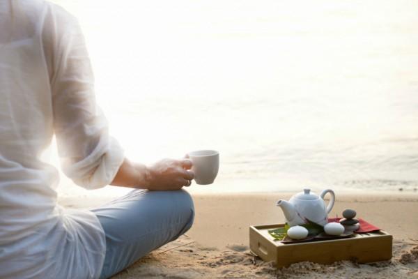 Un ceai fierbinte servit pe plajă, vara, este mult mai sănătos decât o băutură rece