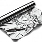 Folia de aluminiu folosită în bucătărie, la gătit sau acoperit hrana, vă pune sănătatea în pericol! Vezi cum poate fi înlocuită