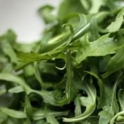 Blestemul rucolei sau motivul pentru care cea mai sănătoasă salată nu-și găsește locul meritat în meniul restaurantelor