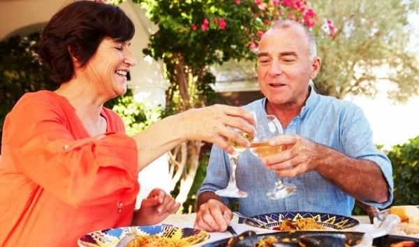 Nu este indicat să consumăm vin în timpul mesei