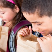 Pachețelul copiilor – ce mâncare trebuie să pună părinții pentru o alimentație sănătoasă în ghiozdanul celor mici