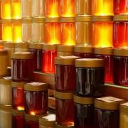 Mierea contrafăcută se găsește pe rafturile magazinelor și nici profesioniștii nu o pot identifica. Vezi cum e falsificat produsul apicol