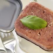 Ce conțin cu adevărat conservele de carne? După ce vei afla, vei citi mai atent eticheta atunci când alegi un astfel de produs