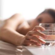 Un pahar de apă băut dimineața face minuni! Vezi motivul logic pentru care se recomandă să ne hidratăm imedit după trezire