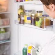 Cum așezăm mâncarea în frigider. Știai că alimentele au locul lor bine stabilit pe rafturi?