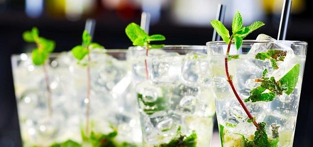 Top 3 cele mai bine vândute cocktailuri în România. NOUL TREND: prepararea lor acasă, la petrecerile cu prietenii