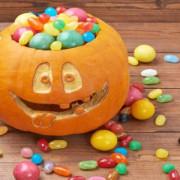 Astăzi vin copiii la colindat, costumați de Halloween. Iată cu ce bunătăți să îi serviți