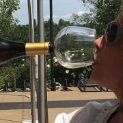 S-a lansat paharul cu care bei vinul direct din sticlă!