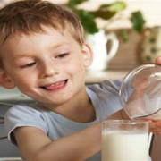 STUDIU: Cu cât e laptele mai gras, cu atât mai recomandat este pentru copii
