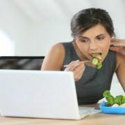 Alimentaţia la birou. Ce să mâncaţi fără să vă îngrăşaţi